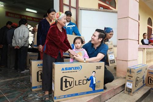 Asanzo trao tặng gần 200 tivi cho gia đình thủ thành Bùi Tiến Dũng và bà con địa phương.