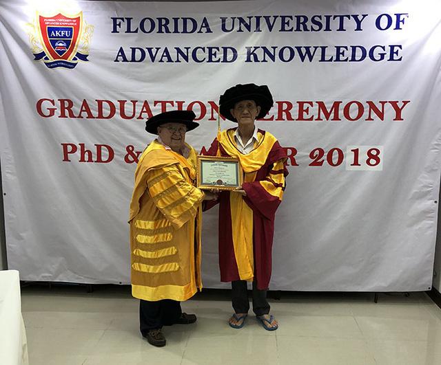 Một nông dân Việt Nam nhận bằng Tiến sĩ danh dự của Mỹ