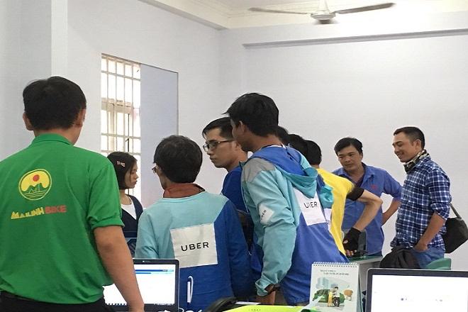 """Uber sáp nhập Grap - hàng trăm tài xế Uber """" Đầu quân"""" cho Mai Linh Bike"""