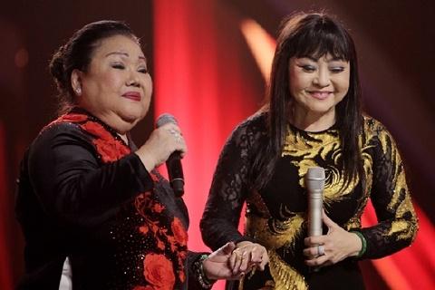 Hương Lan hạnh phúc bên đồng nghiệp trong liveshow 50 năm ca hát