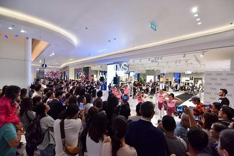 Hà Tăng rạng rỡ xuất hiện cùng chồng trong sự kiện khai trương cửa hàng OVS đầu tiên tại Việt Nam