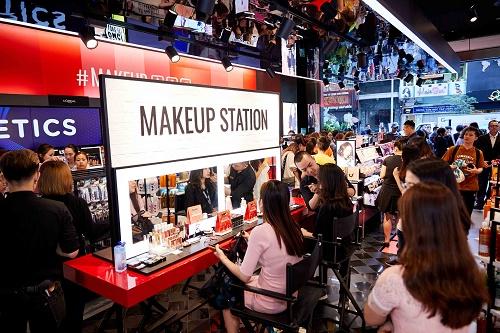 Hàng trăm bạn trẻ đến cực sớm xếp hàng để mua sắm tại Watsons trong ngày mở bán đầu tiên
