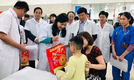 Tối giao thừa, Bộ trưởng Nguyễn Thị Kim Tiến vào bệnh viện thăm và tặng quà bệnh nhân