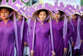 """Nhà thiết kế Minh Hạnh lên tiếng chuyện chiếc nón Huế bị """"cắm sừng"""""""