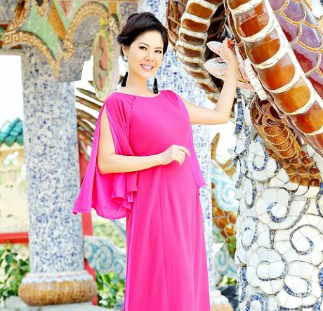 Ca sĩ Hồ Lệ Thu xinh đẹp và quyến rũ trong bộ sưu tập áo dài của NTK Chương Đặng