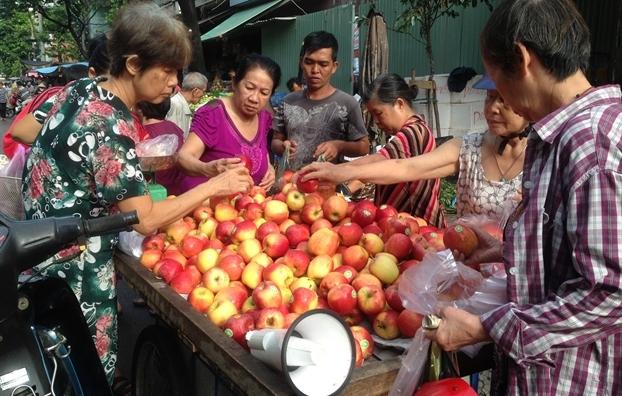 Táo Mỹ, lê Hàn giá 40.000 đồng/kg tràn chợ, người dùng có đang ăn 'quả lừa'?