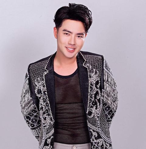 Lưu Việt Hùng tạo trend mới khi phá cách áo lưới kết hợp cùng veston Coco & Papa