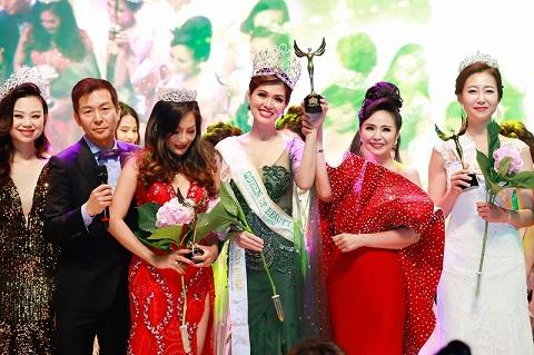 Cựu người mẫu Oanh Yến đăng quang Queen of Beauty World 2019