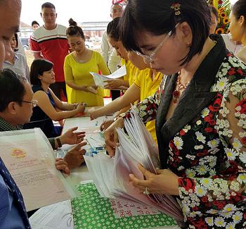 Công ty Phú Hồng Thịnh bàn giao giấy chứng nhận quyền sử dụng đất dự án Phú Gia Huy cho khách hàng