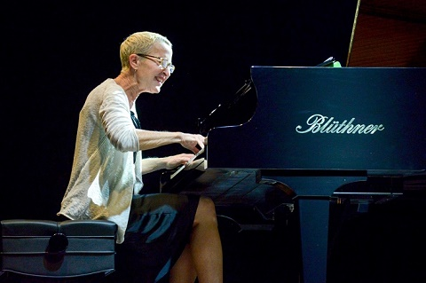 Âm thanh từ cây dương cầm Blüthner lúc mạnh mẽ như thác đổ, lúc trầm ngâm đến vô cùng