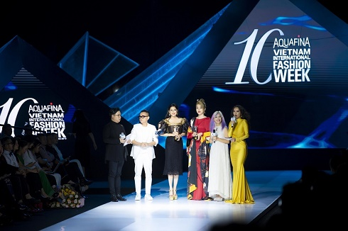 Doanh nhân Thuỷ Tiên nhân giải Best Dressed BAZAAR
