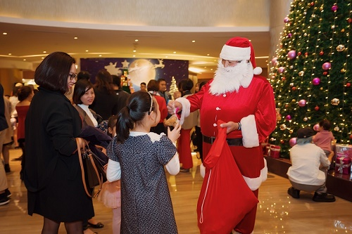 Pullman Hanoi: Thắp sáng cây thông Noel, Ông Già Noel tặng quà cho các thiên thần nhỏ tại sảnh khách sạn
