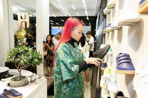 Với mái tóc undercut hồng, Kimmese thu hút sự chú ý ngay khi xuất hiện