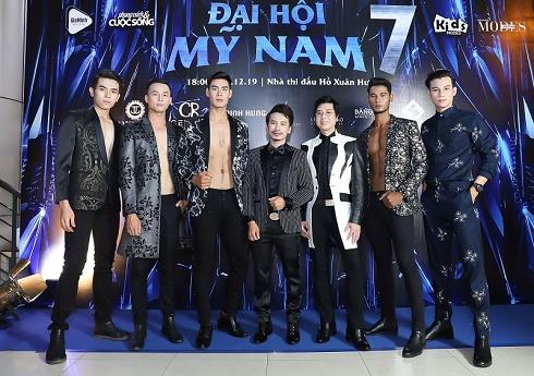 Dàn mỹ nam gây sốt với BST 'Honey' của NTK Minh Hùng