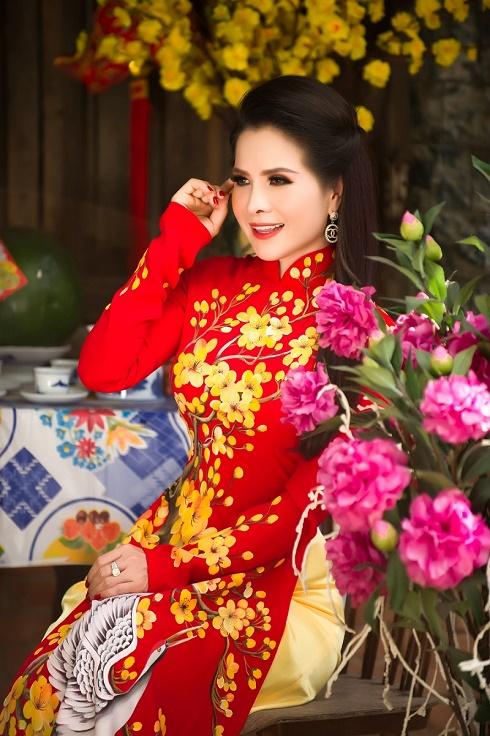 Hoa hậu Lê Thanh Thúy khoe nhan sắc 'cực phẩm' khi diện áo dài đón Xuân Canh Tý