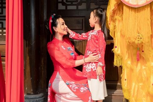 Mẹ con hoa hậu Châu Ngọc Bích diện áo dài xuống phố những ngày đầu năm