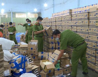 Phá đường dây sản xuất, buôn bán găng tay y tế giả ở TP Hồ Chí Minh