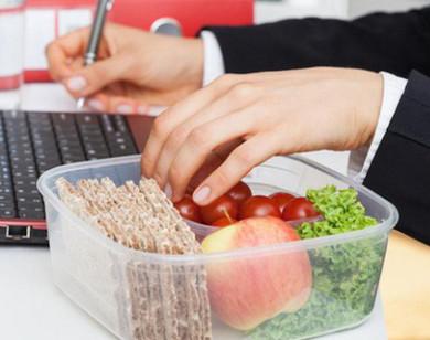 Thói quen ăn trưa tại bàn làm việc của dân văn phòng gây nhiều bệnh