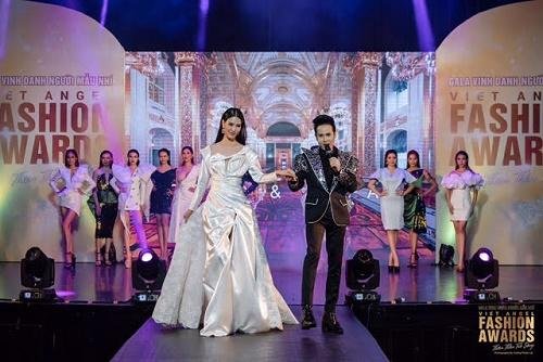 Ca sĩ Nguyên Vũ trình diễn với trang phục lạ mắt của NTK Ngô Quang Phong