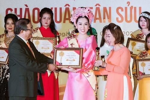 Hoa hậu Huỳnh Thúy Anh nhận giải thưởng 'Ngôi sao tỏa sáng của năm'
