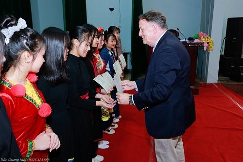 """Nữ sinh dân tộc thiểu số có thêm nhiều kiến thức qua dự án CLB nữ sinh """"Hoa bản làng"""""""