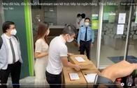 """Vietcombank lên tiếng về """"tạm khóa báo có tài khoản"""""""